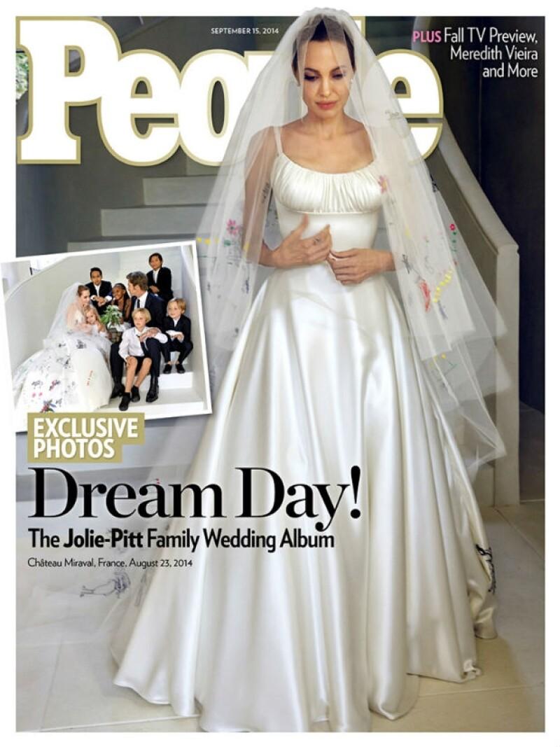 Angelina Jolie con su vestido de novia en la portada del más reciente número de People.