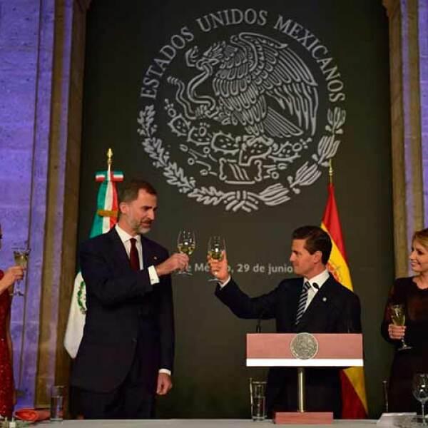 Durante el brindis en honor a la relación entre ambos países.