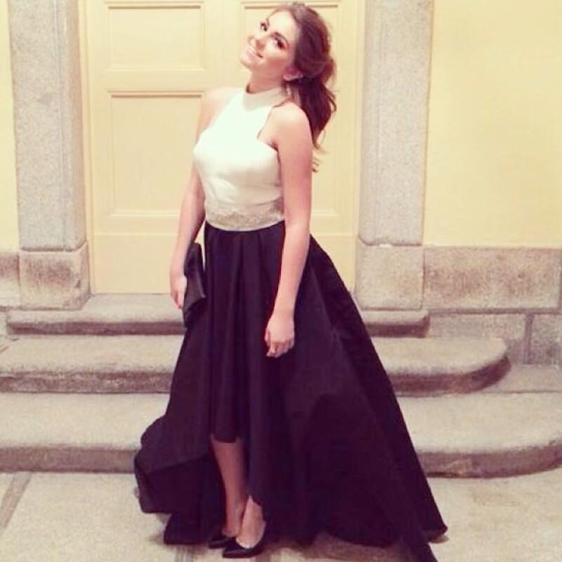 La actriz mexicana lució una falda negra asimétrica y un top de piel blanco; de acuerdo con Aldo Rendón, su nuevo fashion stylist, el objetivo fue lucir moderna sin salirse del protocolo.