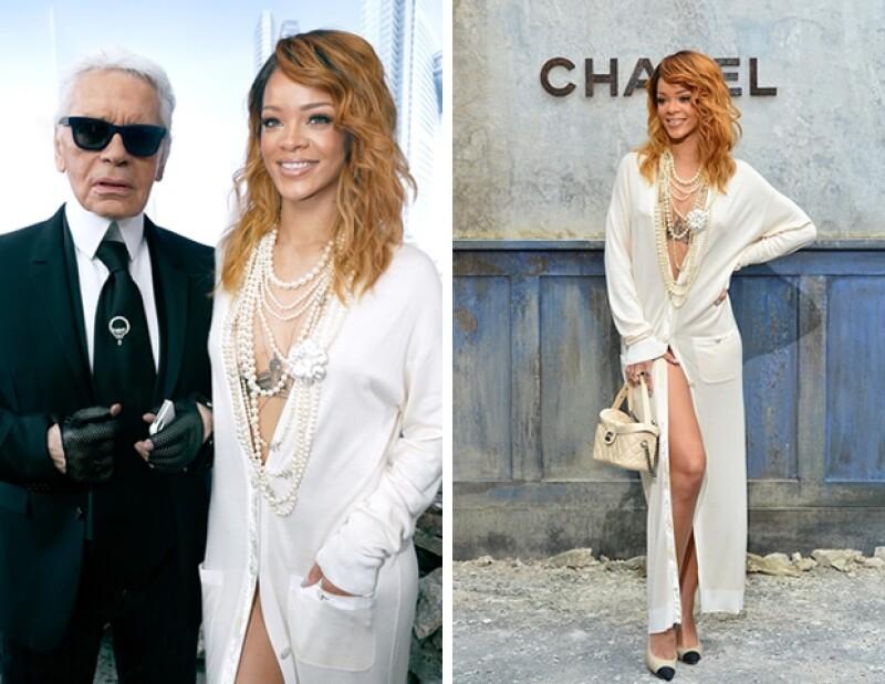 La cantante llamó la atención por su arriesgado look en el show de Chanel durante la Semana de la Moda en París.
