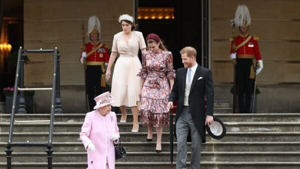Princesa Eugenia, princesa Beatriz, príncipe Harry y la reina Isabel II