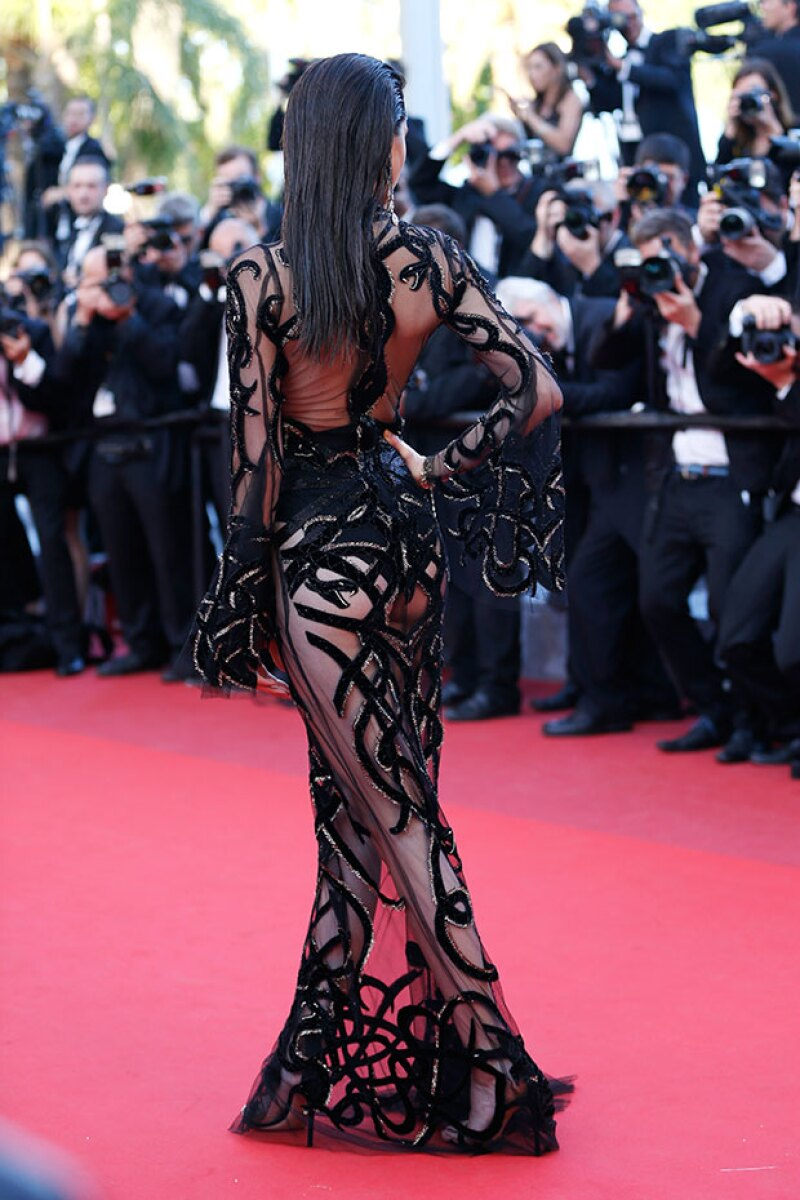 El vestido no dejó nada a la imaginación gracias a sus transparencias.