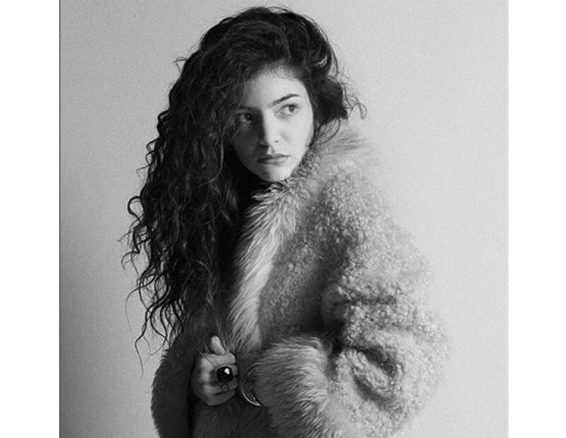 La cantante neozeolandesa se declara fan de los productos de MAC Cosmetics.