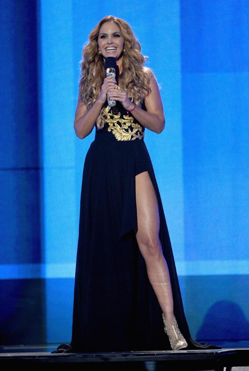 La novia de Michel Kuri presumió sus torneadas piernas en este favorable diseño.
