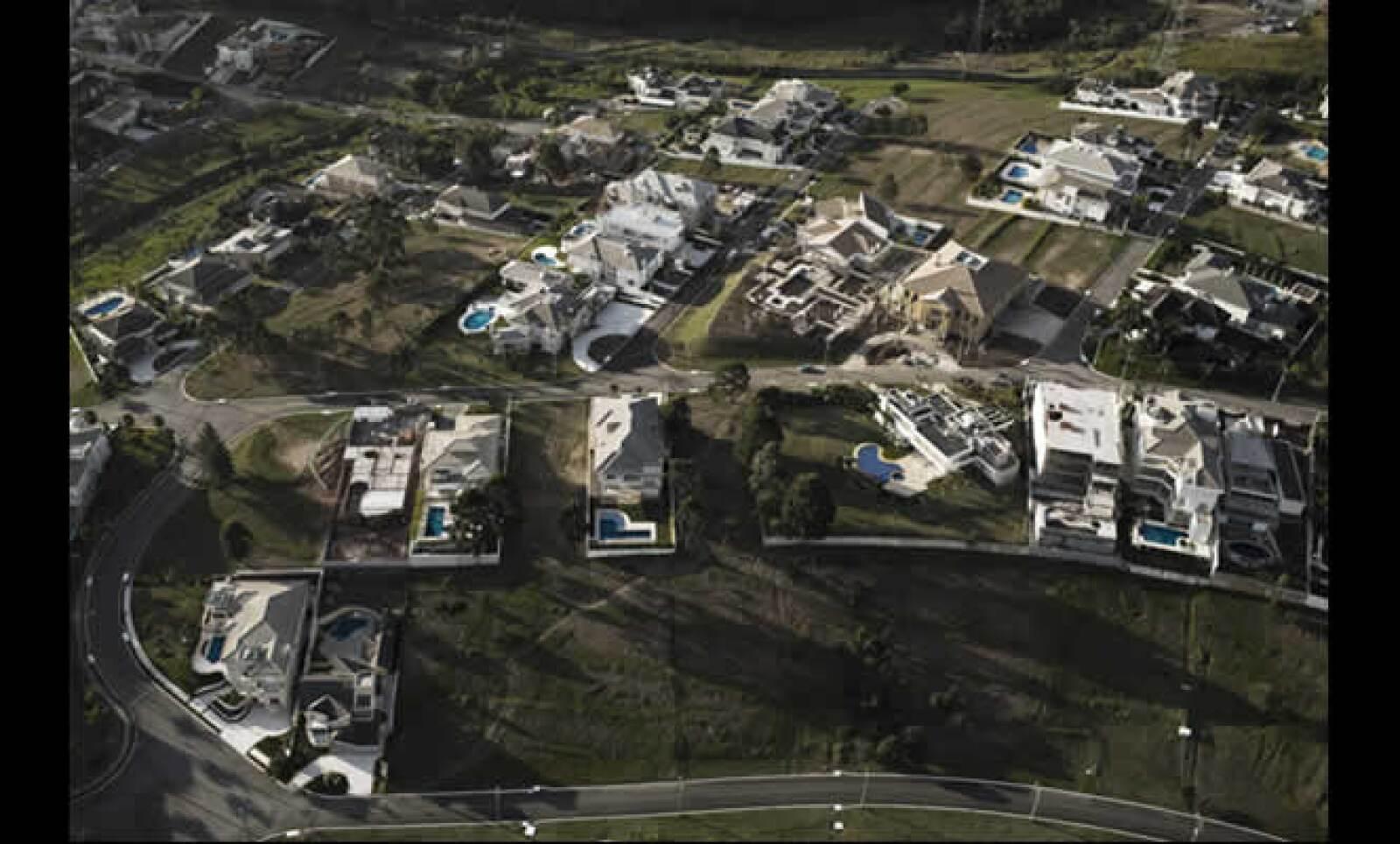 En el poniente de la ciudad, las mansiones que van desde 2.2 a 10 MDD, cubren el paisaje. Los desarrollos responden a una gran demanda de vivienda lejos del desastre urbano. Alphaville es un coto privado que concentra 1,100 personas y está construido sobr