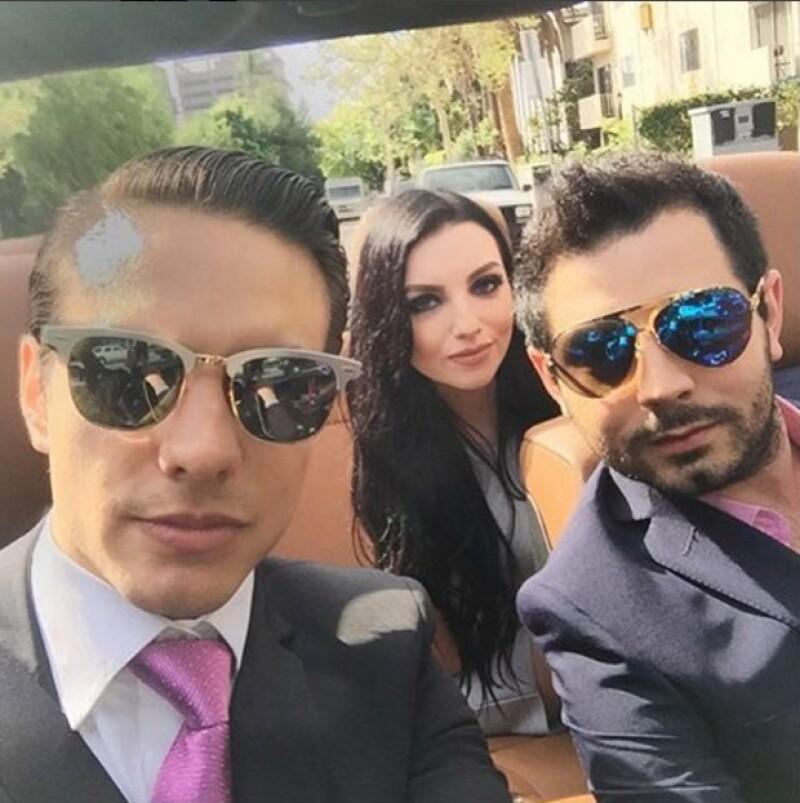 Vadhir y José Eduardo de traje y disfrutando de un Sunny California.