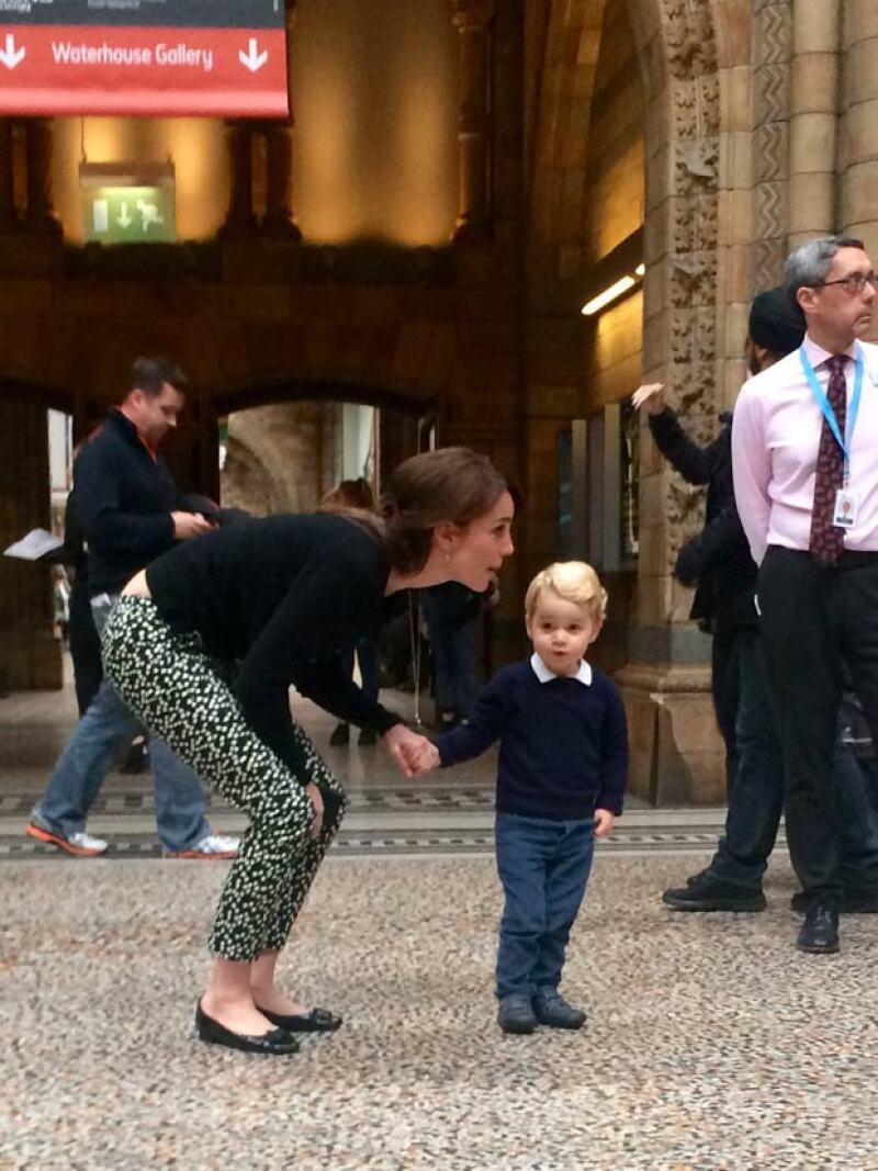 La duquesa de Cambridge y el heredero al trono fueron captados mientras visitaban el Museo de Historia Natural de Londres, como cualquier otro visitante.