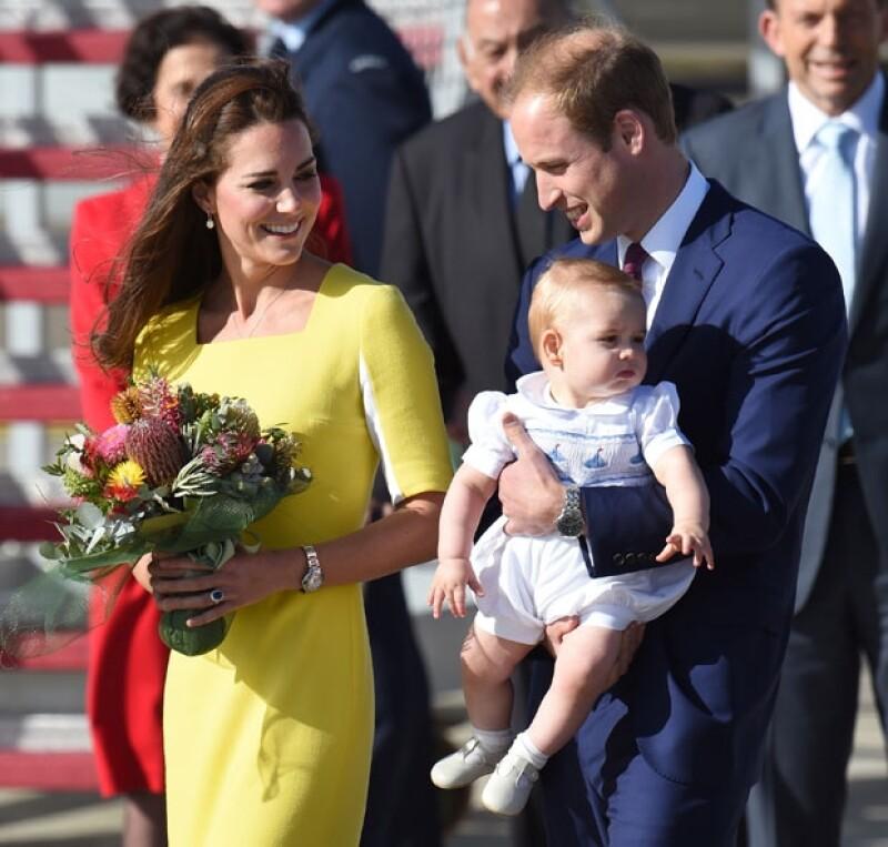 Como si fueran estrellas de rock, la familia real arribó este miércoles a Australia, donde miles de personas los esperaban en el aeropuerto. Para la ocasión, la Duquesa usó un vestido amarillo.