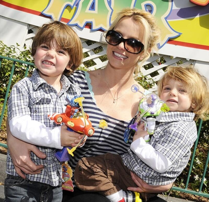 Después de levantar una orden de restricción contra la cantante por el robo de su tarjeta de crédito, confiesa haber tenido un romance con Britney y ser el verdadro padre del hijo mayor de la artista.