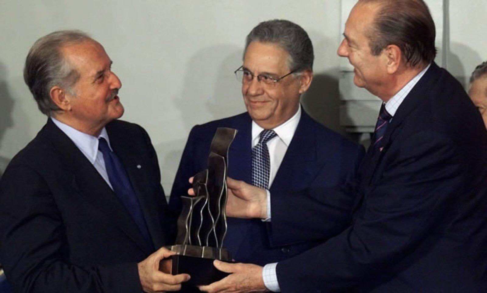 El 27 de julio de 1999, el escritor de 'La silla del águila' recibió el premio Identidad Latina por el entonces presidente francés Jacques Chirac y el mandatario brasileño Fernando Henrique Cardoso.