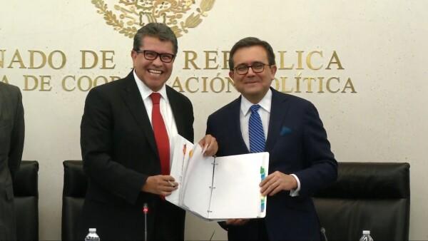 Ildefonso Guajardo, secretario de Economía, entrega al Senado el texto del pacto México-EU