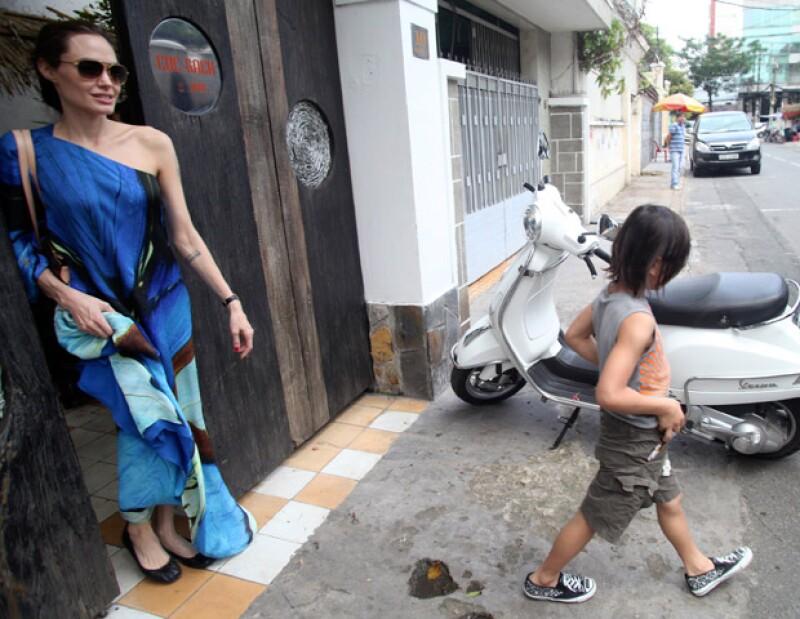 Angelina, quien se ha especulado no tiene una relación de confianza con su hijo adoptivo, enfrenta que la mamá biológica del pequeño quiere convivir con él.