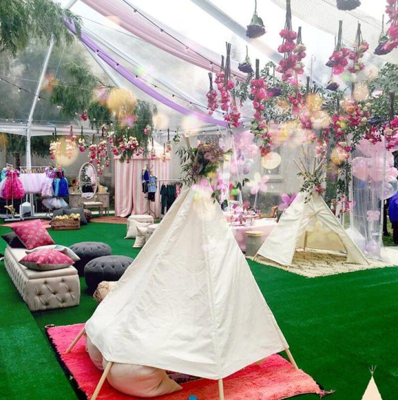 En la increíble fiesta predominó el color rosa y las flores.
