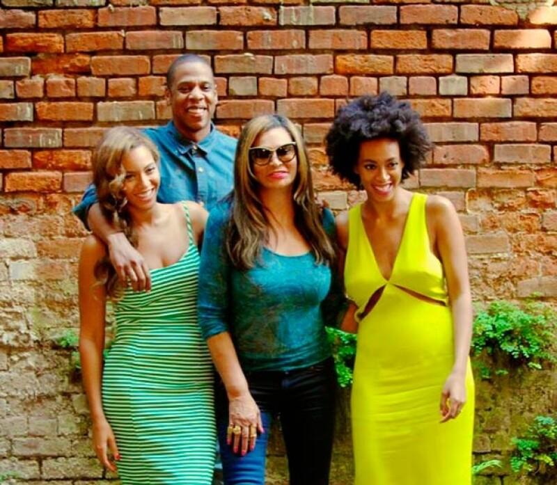 La cantante compartió a través de su página oficial una serie de imágenes donde se aprecia a su familia conviviendo feliz y relajada en un restaurante de Nueva Orleans.