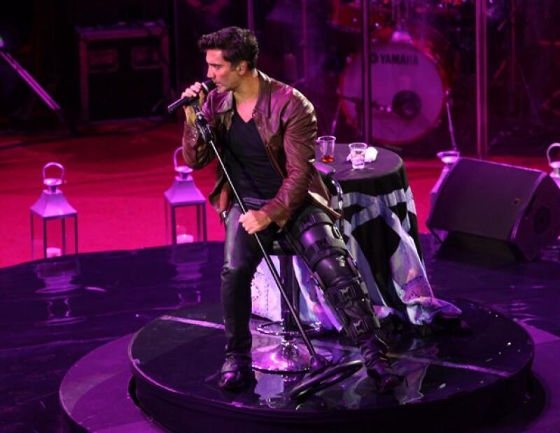 """El Potrillo utilizó un aparato para imovilizar su pierna izquierda durante el concierto, el cual se quitó para estar más cómodo. Durante la velada interpretó éxitos como """"Se me va la voz"""", """"Canta corazón"""" y """"Nube viajera""""."""