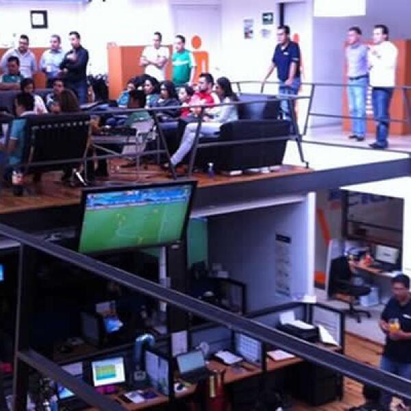 En el sofá, los trabajadores de Eleara Comunicaciones se reunieron para ver el segundo partido del Mundial.