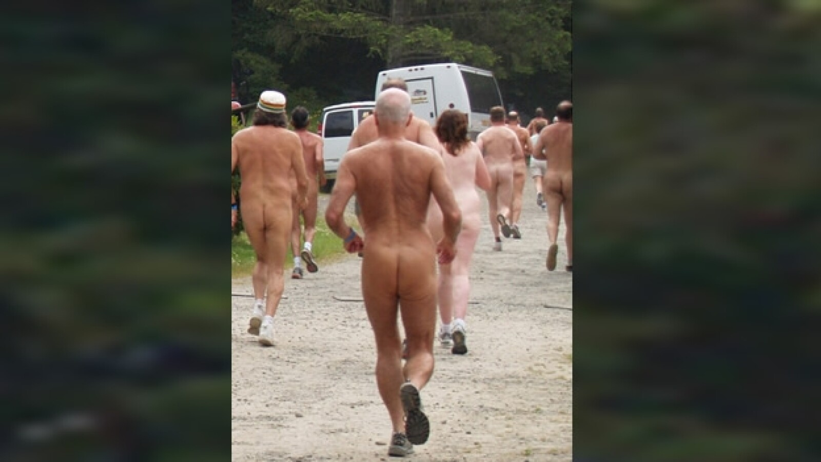 nudistas participan en una carrera