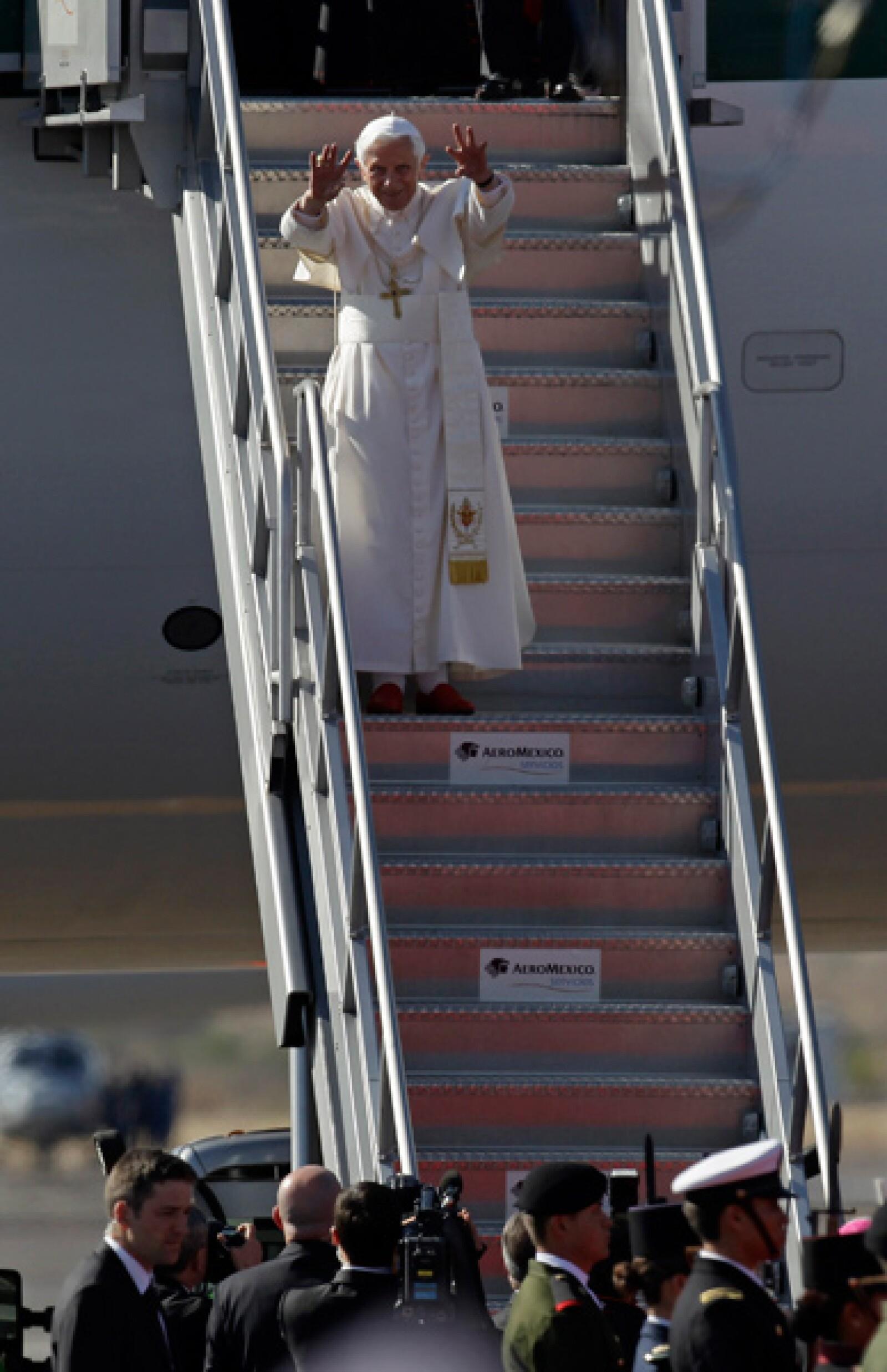 El Papa descendió por la escalinata del avión, pasadas las 16:00 horas, y aunque se pensó que podía besar el suelo, como lo hacía su antecesor, se limitó a ondear su mano, en señal de saludo.