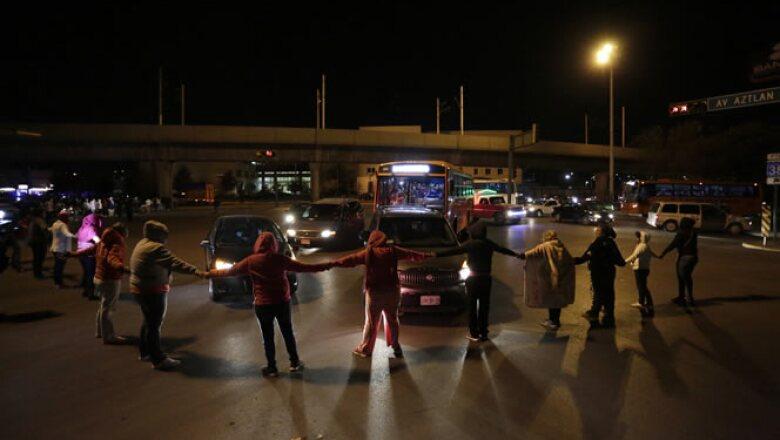 Ante la falta de información, se formaron vallas humanas para impedir la salida de las autoridades del penal de Nuevo León.