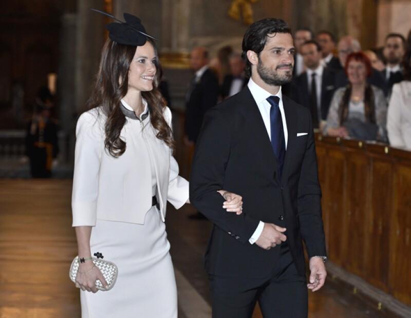 Ayer en la Capilla Real de Estocolmo, el hijo del rey de Suecia y su novia, una ex modelo, leyeron las amonestaciones previas a su boda tal como lo marca la tradición, rodeados de la familia real.