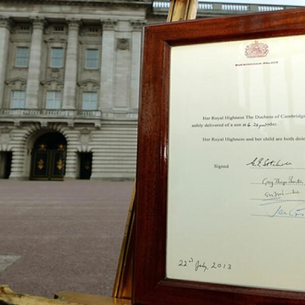 El anuncio oficial del nacimiento del bebé se colocó a las afueras del Palacio de Buckingham.