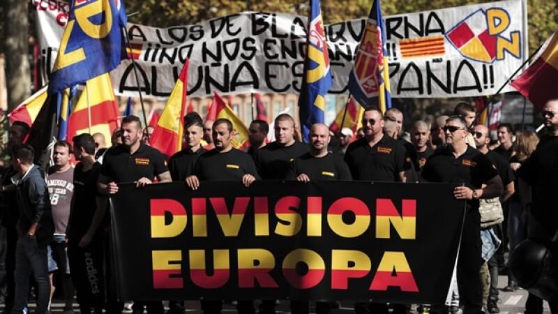 Un grupo de simpatizantes contra la independencia de Cataluña marchan en Barcelona