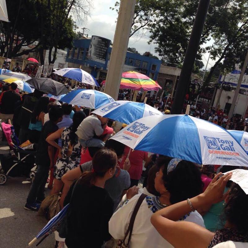 Durante el desfile conmemorativo de la Batalla de Puebla fueron repartidos panfletos y sombrillas.