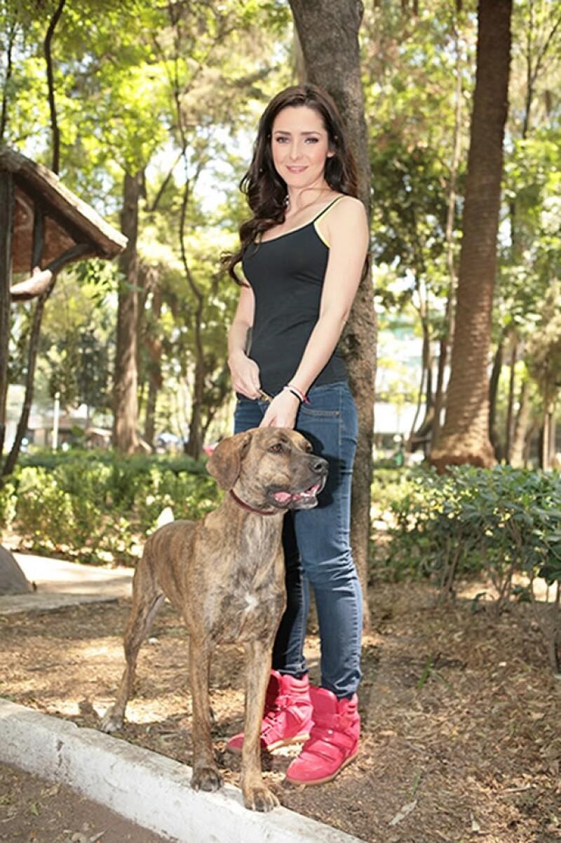 Aquí Ariadne con Tacha, a quien rescató siendo una cachorra.