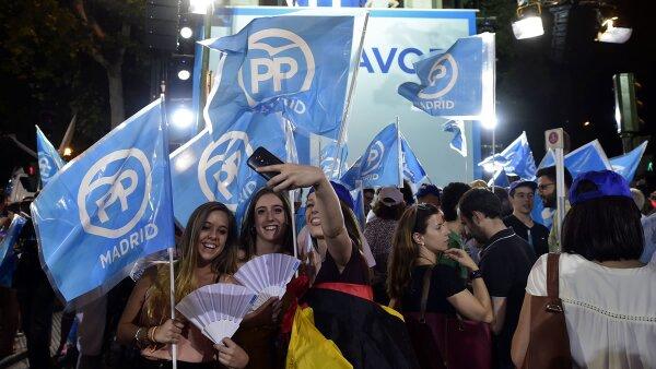 Simpatizantes del PP festejan el triunfo en las calles.