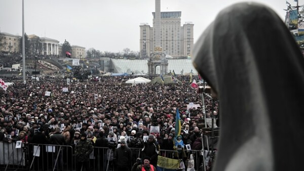 cientos de personas protestan contra la intervención rusa en Ucrania