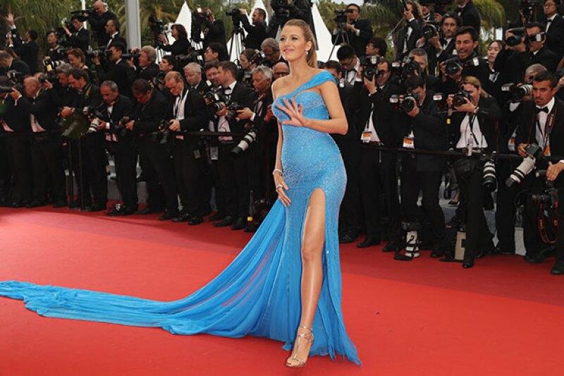 Si algo ha dado de qué hablar en el festival de cine, es la pancita de la actriz, quien en esta ocasión la presumió en un entallado vestido azul.