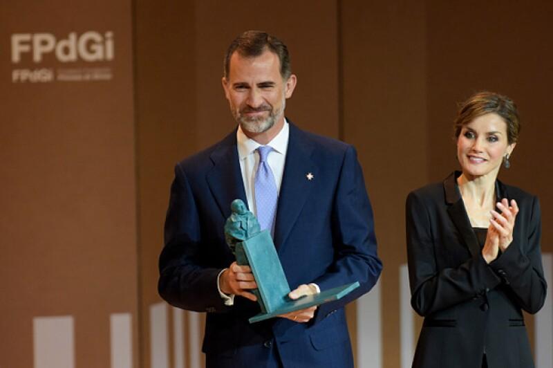 Durante su asistencia a los Premios Princesa de Girona, los reyes de España posaron para las cámaras de los invitados al evento, entre ellos un reconocido publicista y presentador español.