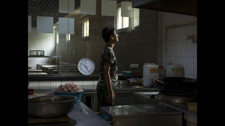 Un menor, que llevaba dos meses viviendo en el centro, pasa un rato de descanso en la cocina.
