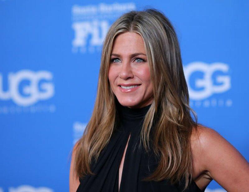 Para evitar la resequedad en la piel, la actriz de 46 años, Jennifer Aniston, debe aplicar cremas hidratantes en su rostro para tener más brillo en la piel.