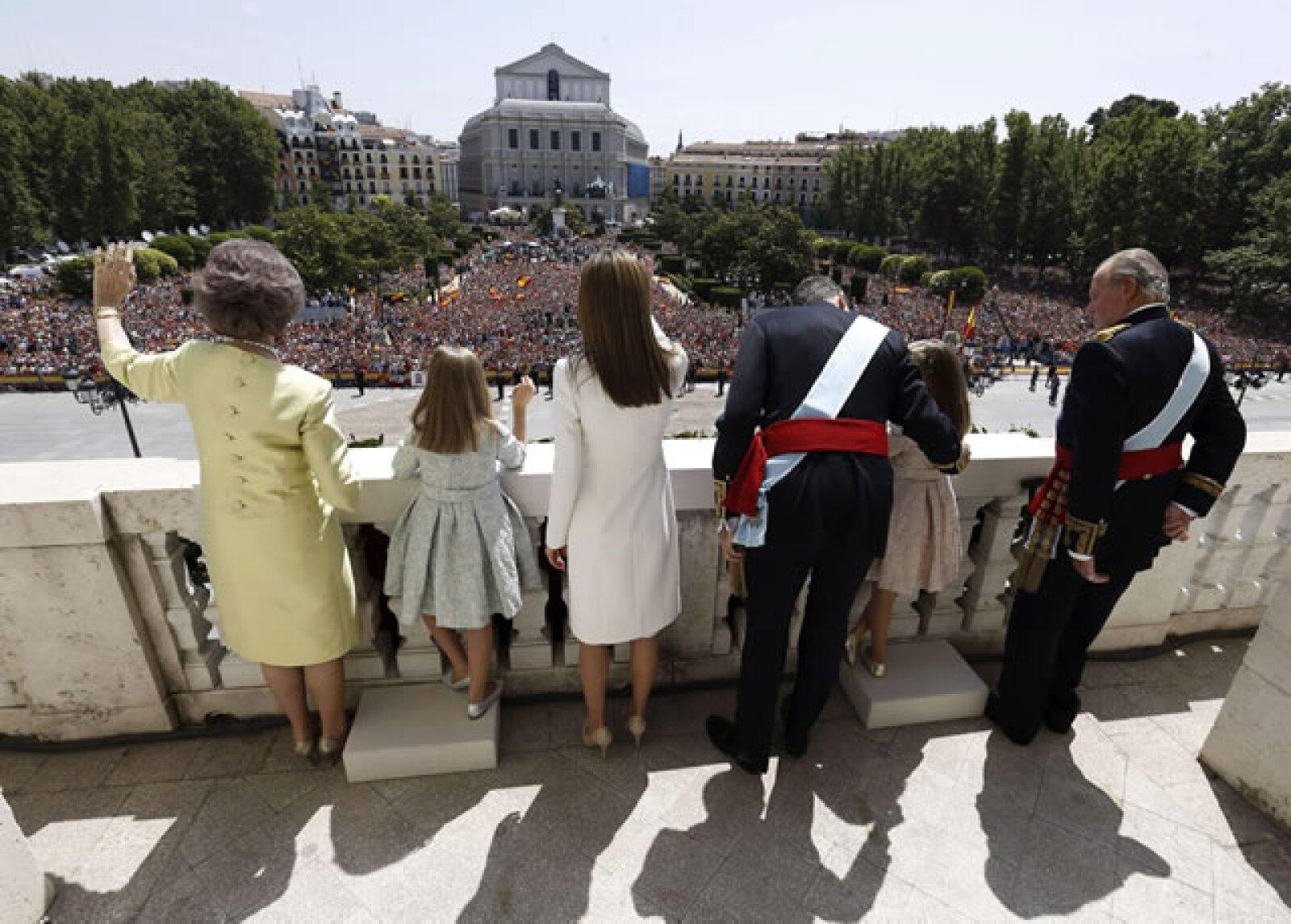 Perspectiva desde el balcón donde la familia real saludó a los miles que los esperaban.