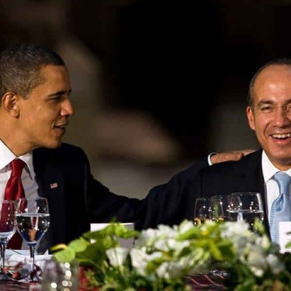 Se nota que Obama se la pasó muy bien, pues en un momento rió con Calderón.