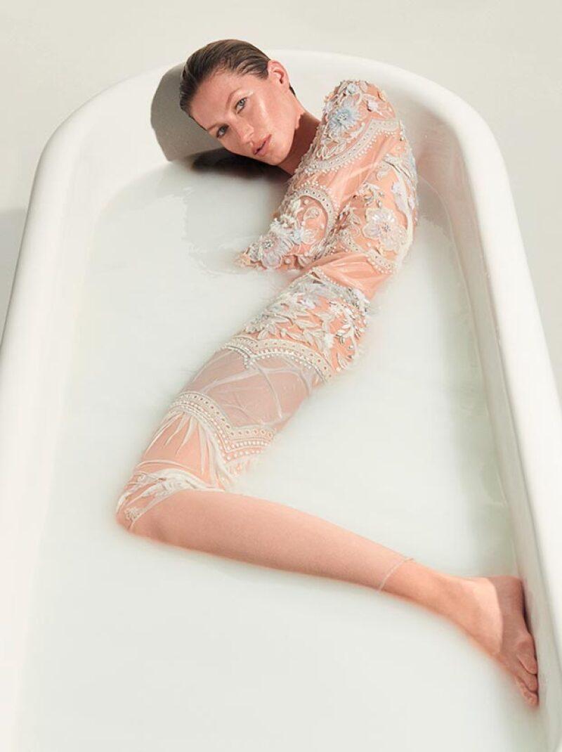 En el interior de la revista se ve a la modelo posando en una bañera con un vestido blanco de transparencias y aplicaciones de pedrería.