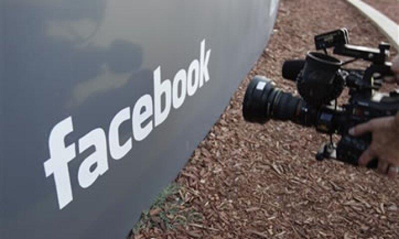 El precio de 38 dóalres por acción de la OPI de Facebook valoró a la empresa en 104,000 mdd. (Foto: AP)