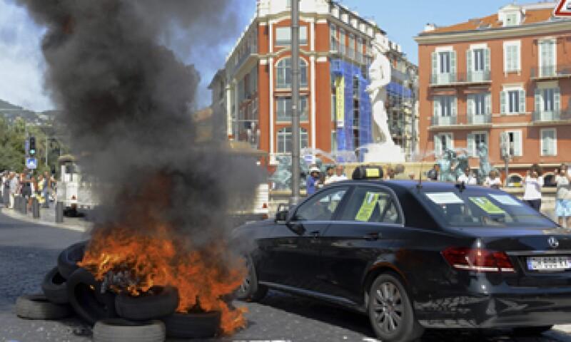 Cerca de 3,000 taxis protestaron entre el jueves y el viernes de la semana pasada en París. (Foto: Reuters )