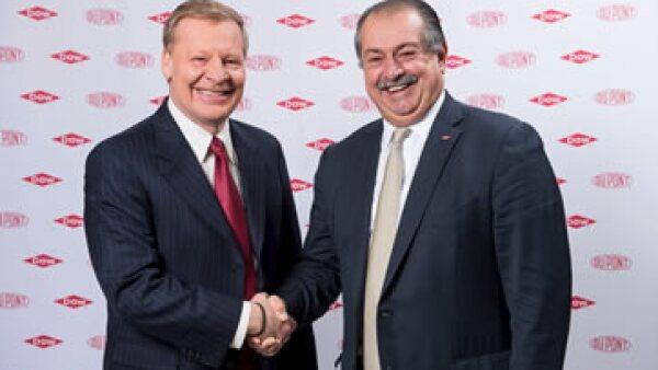 El CEO de DuPont, Edward Breen (izq), será quien asuma la presidencia del nuevo gigante agroindustrial. (Foto: Reuters)