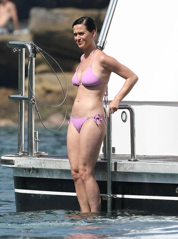 Katy Perry disfrutó de una tarde cálida a bordo de un lujoso yate.