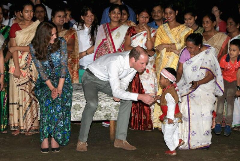 El duque de Cambridge no pudo evitar acercarse al pequeño.