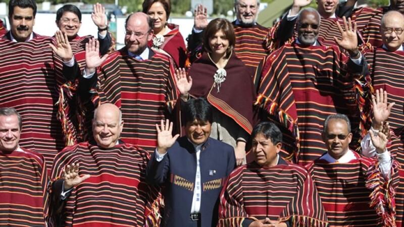 evo morales saluda en la foto oficial de la asamblea de la oea