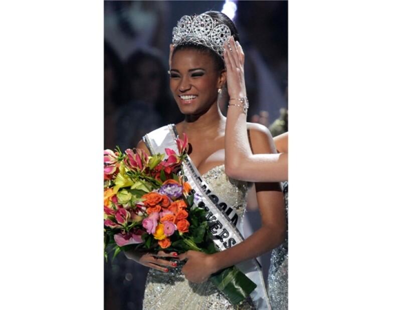Leila le dio la primer corona de Miss Universo a Angola.