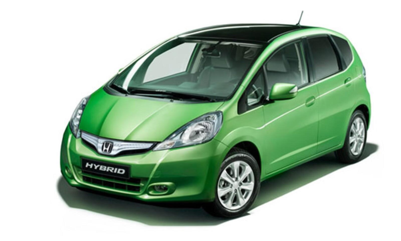 El Honda Fit, o como se le conoce en Europa, el Jazz, estrena motorización híbrida para una producción menor de gases contaminantes y consumo de combustible. Estéticamente, difiere del normal por unos faros nuevos, parrilla, calaveras transparentes, escap