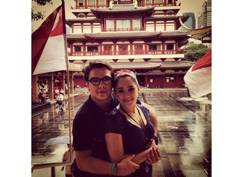 Los novios felices en el corazón de Singapur.