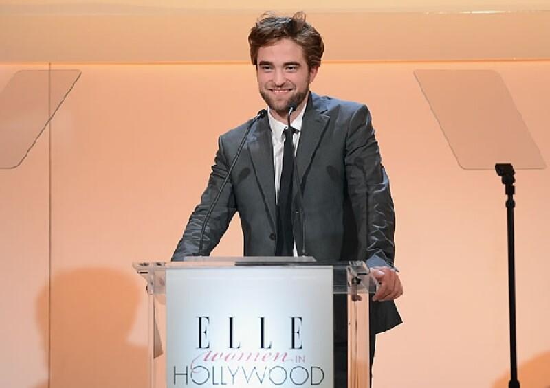 Luego de volver con Kristen Stewart el actor se presentó en la entrega de un reconocimiento a la actriz Uma Thurman.