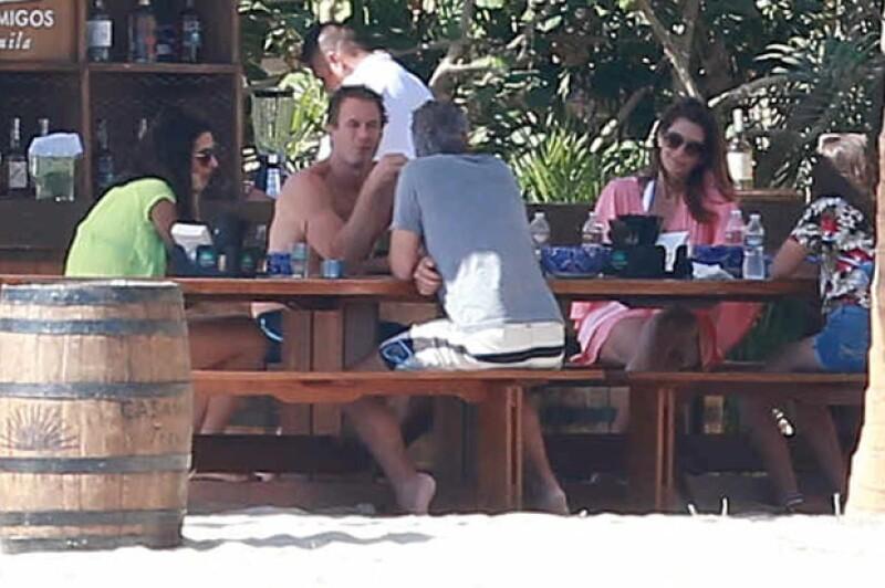 La pareja se encuentra en Los Cabos pero no están solos, varios amigos y familiares también viajaron para celebrar las fechas con ellos.