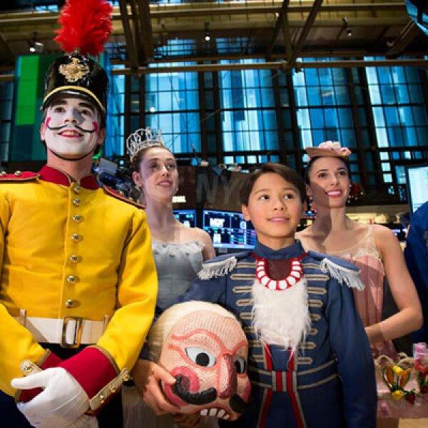 Actores de la famosa puesta en escena del cuento de hadas visitaron las instalaciones de la Bolsa de Nueva York.