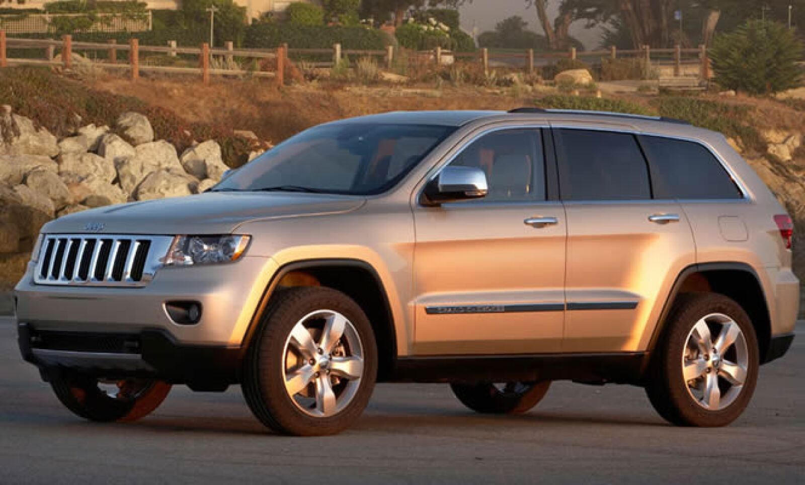 El motor de la versión base es el nuevo V6 de Grupo Chrysler, mejor conocido como Pentastar, que es 11% más ahorrador y 40% más potente que su predecesor.